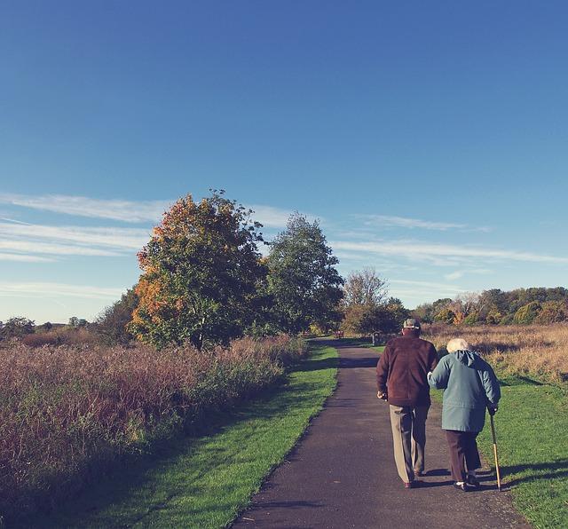 důchodci na cestě