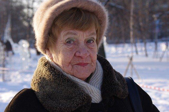 babička v zimě