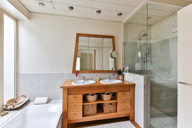 dřevěný nábytek koupelny