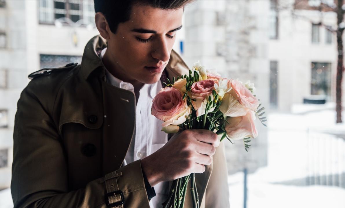 muž s květinami